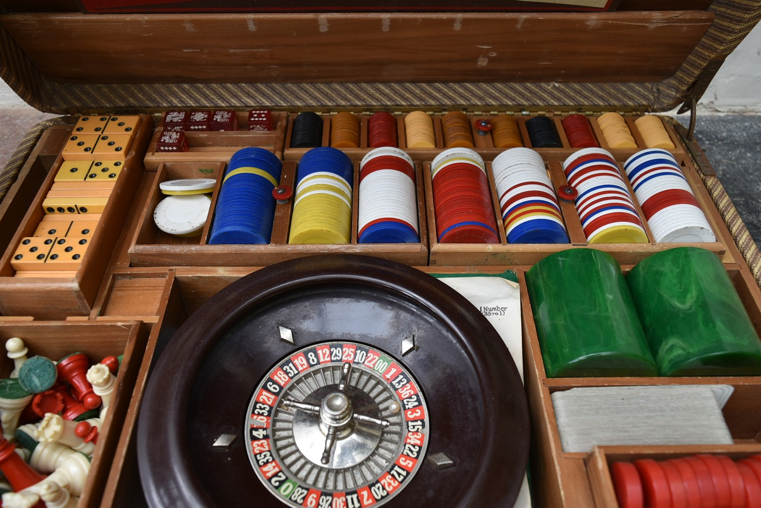 A vintage games compendium to include chess, draughts, backgammon, dominos and roulette in fitted - Image 3 of 10