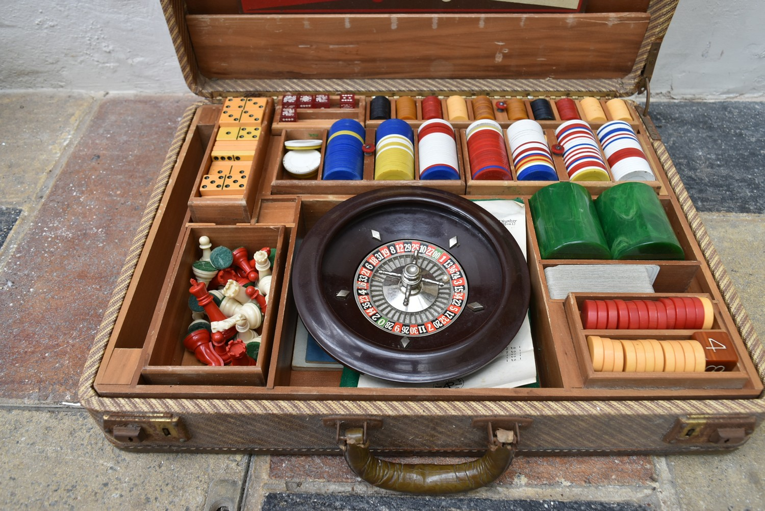 A vintage games compendium to include chess, draughts, backgammon, dominos and roulette in fitted - Image 2 of 10