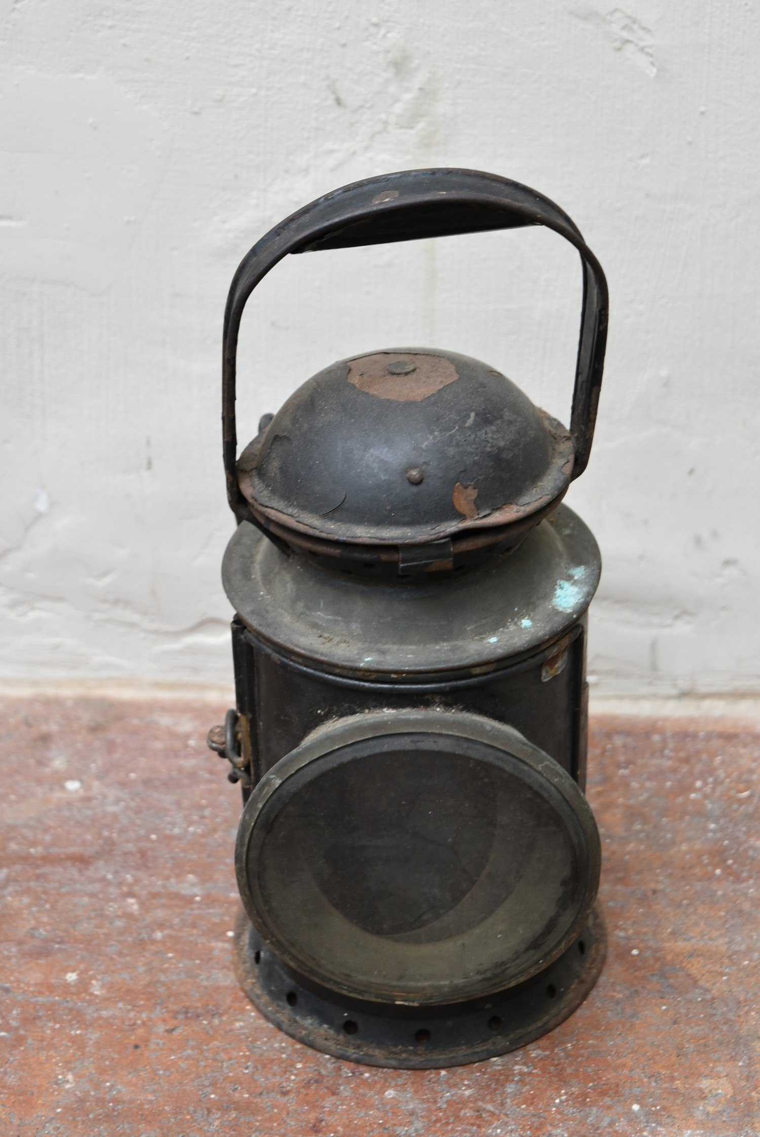 A vintage railwayman's metal cased signal lantern. H.32cm - Image 2 of 3