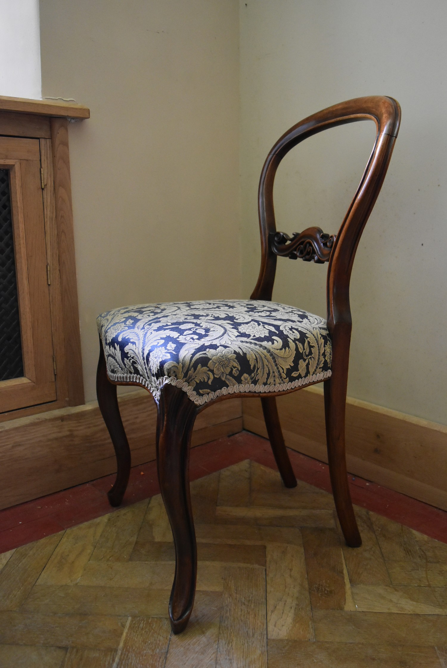 A Victorian carved mahogany balloon back side chair with foliate upholstered stuffover seat on - Image 3 of 4
