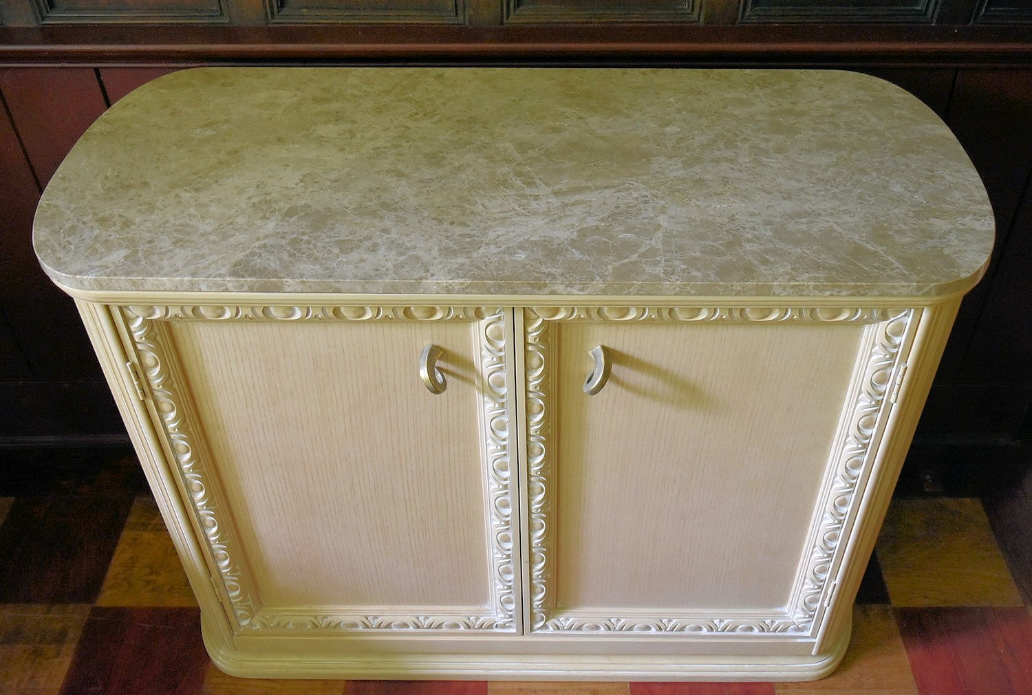 A contemporary kitchen island cabinet by Century with marble top and slides to each end above - Image 3 of 12