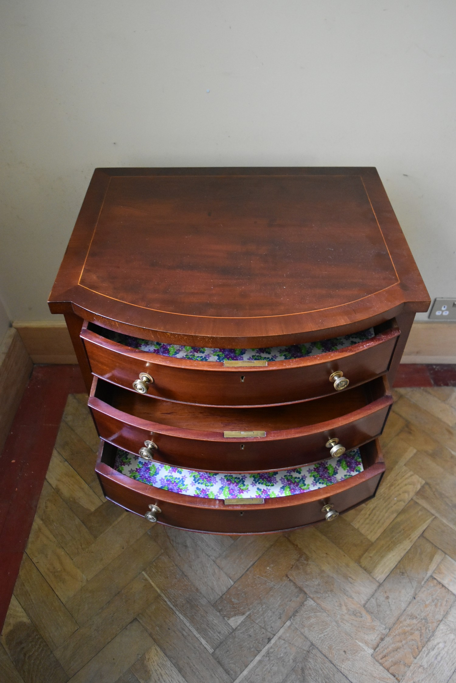 A small late Georgian bowfronted mahogany chest of three drawers with crossbanded and satinwood - Image 3 of 4
