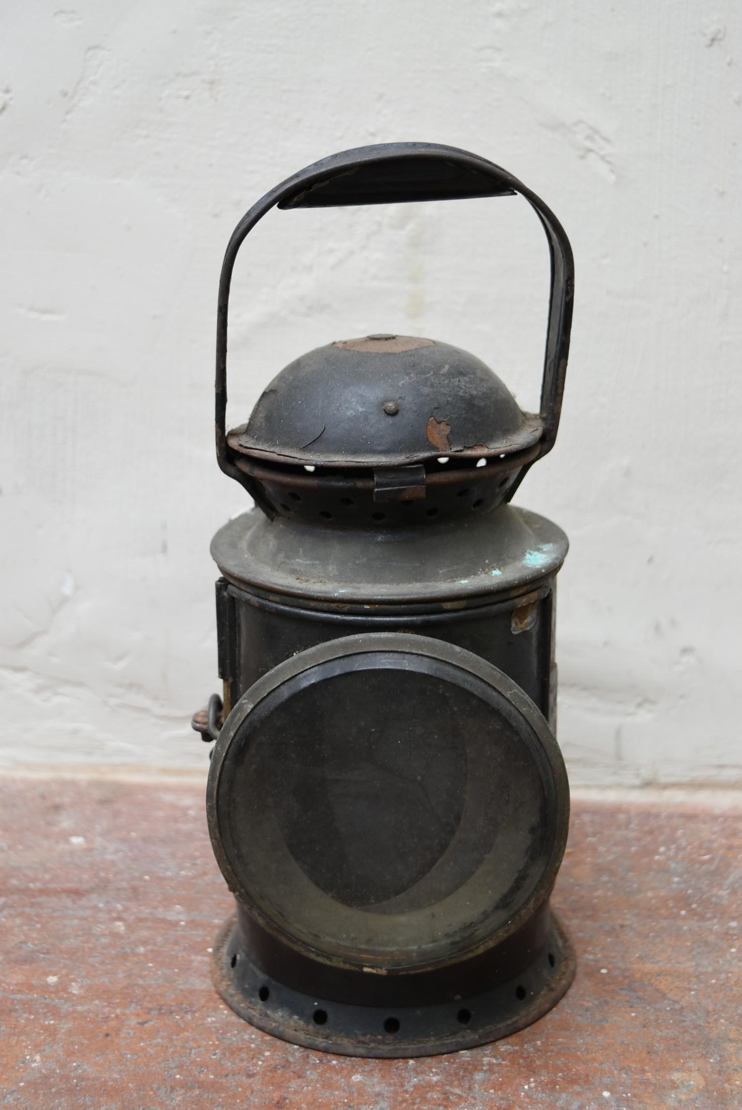 A vintage railwayman's metal cased signal lantern. H.32cm