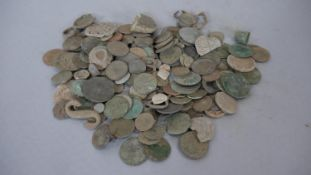 A collection of antique coins and other finds from metal detecting. Gross weight: 1325g