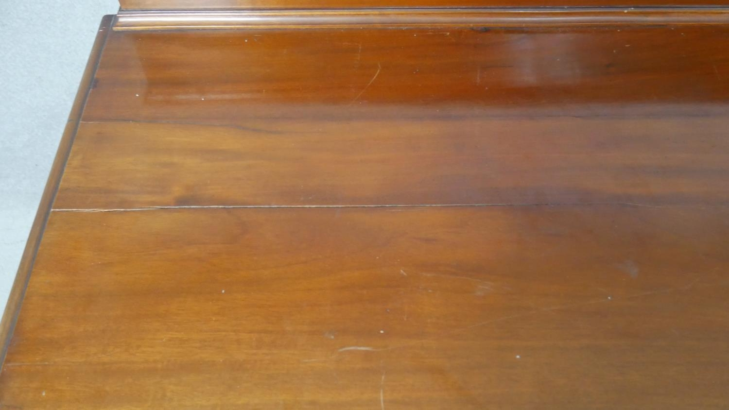 A pair of complementing early 20th century mahogany bedroom chests with ivory inset escutcheons - Image 7 of 10