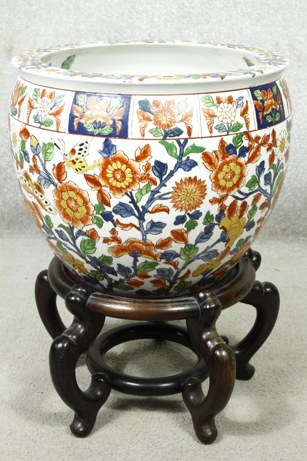 A pair of early 20th century glazed Chinese Imari ceramic planters/fish bowls on carved hardwood - Image 5 of 11