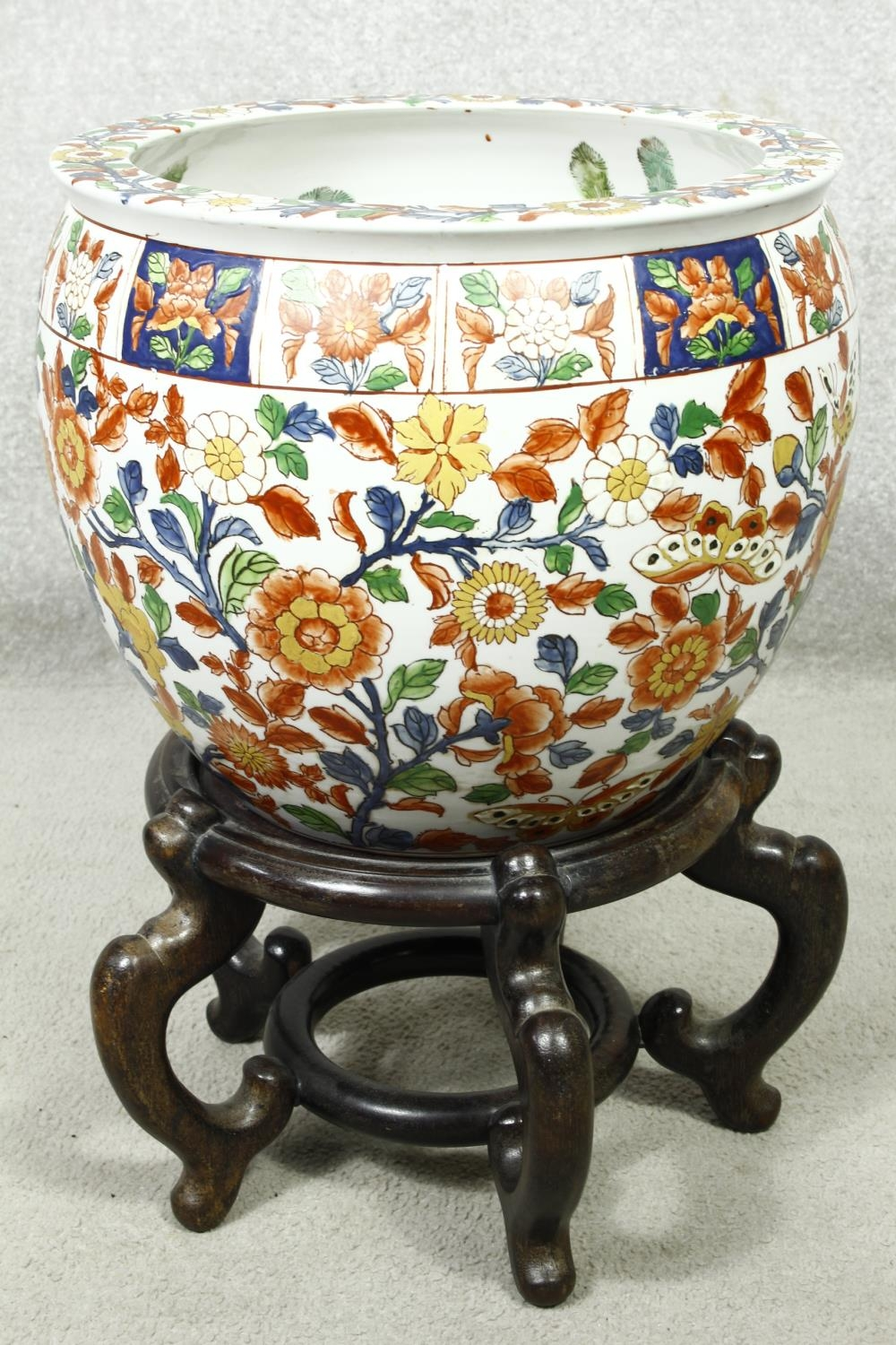 A pair of early 20th century glazed Chinese Imari ceramic planters/fish bowls on carved hardwood - Image 4 of 11