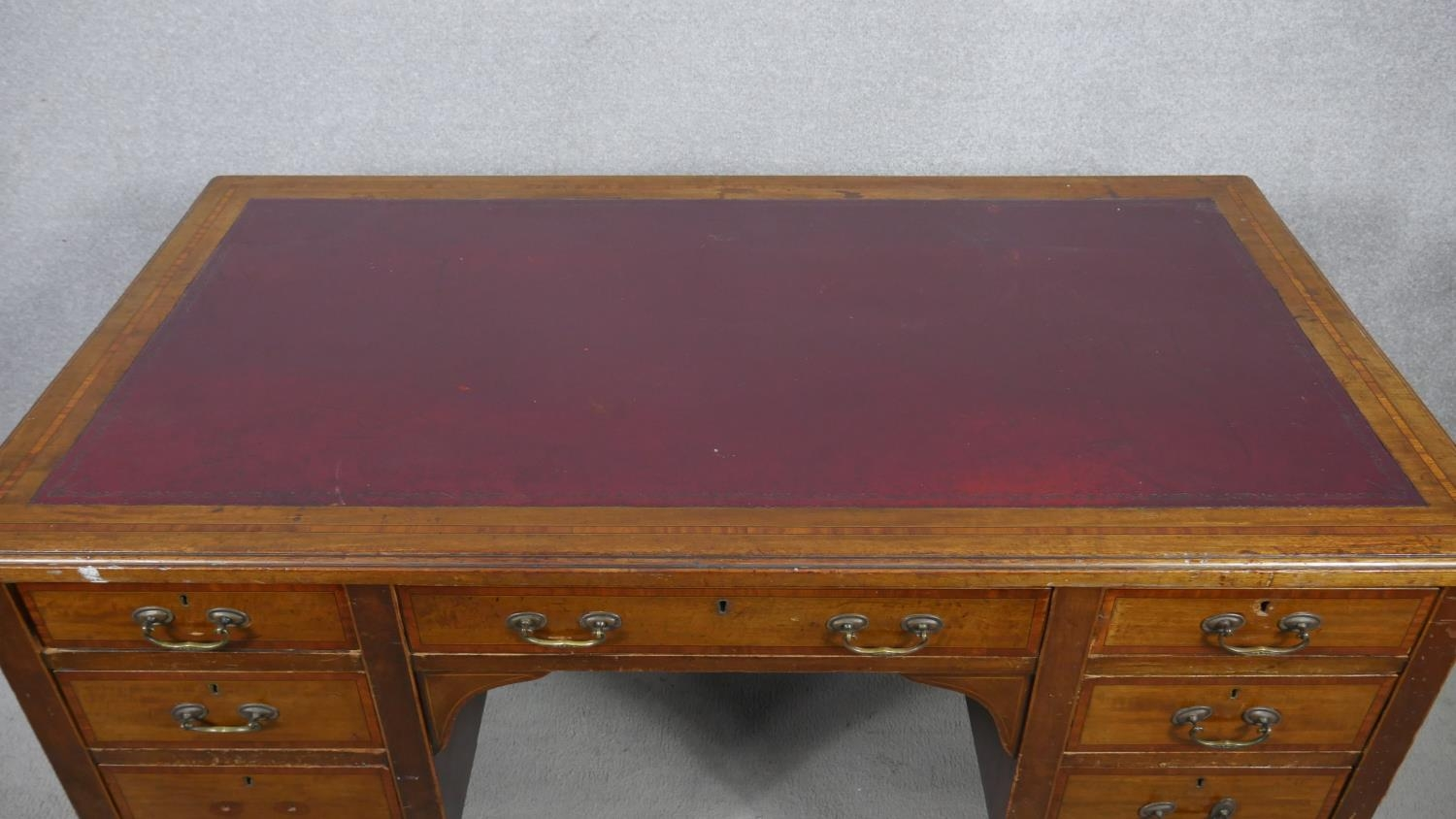 An Edwardian mahogany and crossbanded kneehole desk with inset leather top raised on square tapering - Image 6 of 9
