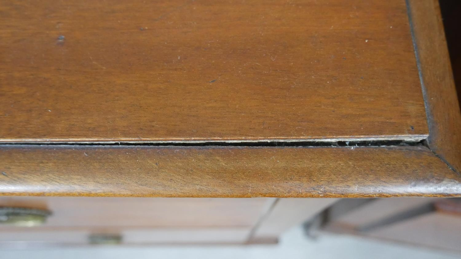 A pair of complementing early 20th century mahogany bedroom chests with ivory inset escutcheons - Image 9 of 10