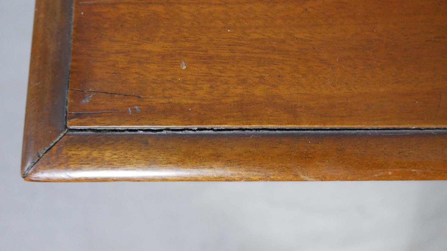A pair of complementing early 20th century mahogany bedroom chests with ivory inset escutcheons - Image 10 of 10