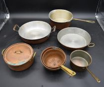 A miscellaneous collection of vintage copper and brass pans and pots (7). H.25 W.32.5cm