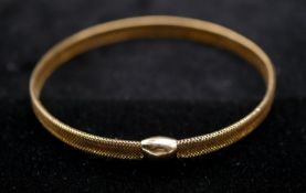 An Italian expanding woven 9 carat gold bracelet. Hallmarked: Sheffield, 375, Italy. D.6.5cm