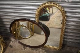 A GILT FRAMED ARCHED WALL MIRROR, OVERALL HEIGHT INCLUDING FRAME 86 CM, TOGETHER WITH A MAHOGANY