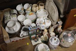 A TRAY OF ASSORTED CHINA TO INCLUDE AYNSLEY COTTAGE GARDEN CUPS AND SAUCERS, WADE ETC
