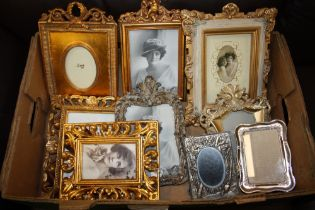 A TRAY OF MOSTLY MODERN SMALL DECORATIVE PICTURE FRAMES TO INCLUDE GILT FRAMED EXAMPLES