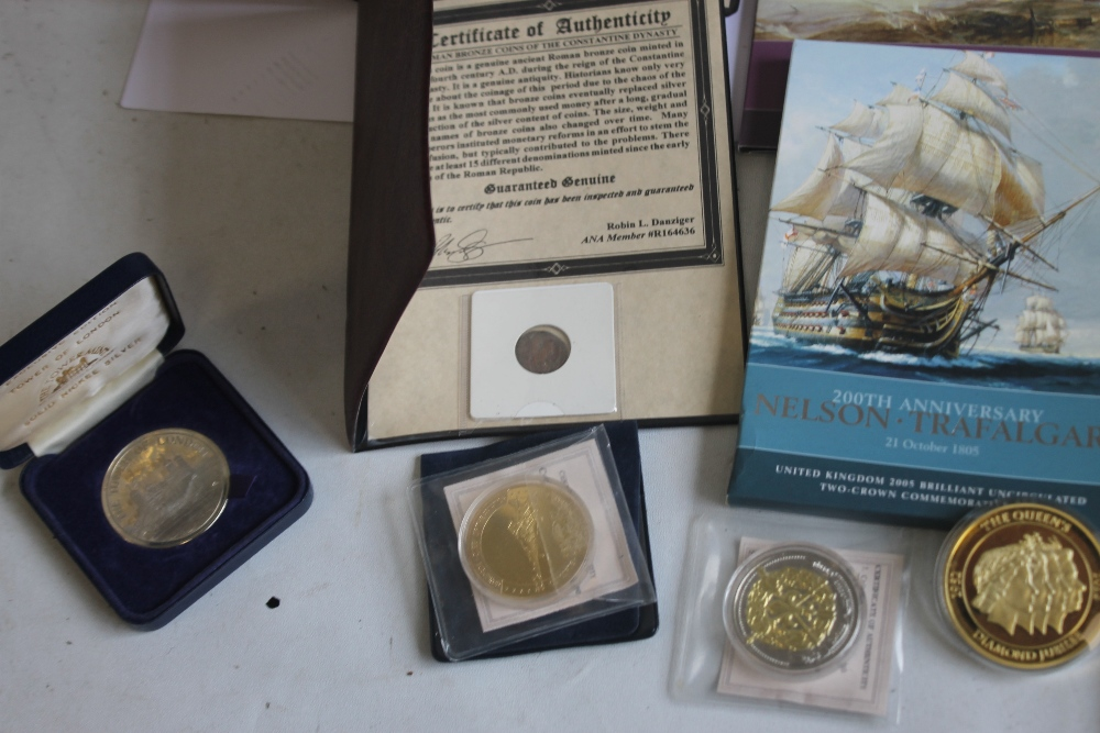 A COLLECTION OF MODERN PROOF AND COMMEMORATIVE COINS AND MEDALS, to include a 1984 proof set, a - Image 6 of 6