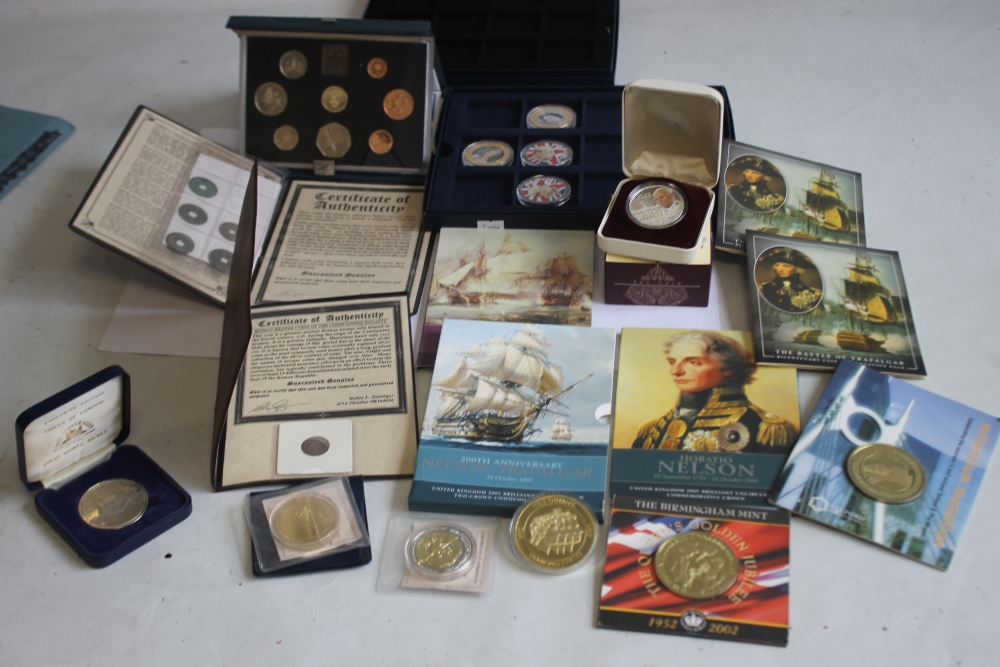 A COLLECTION OF MODERN PROOF AND COMMEMORATIVE COINS AND MEDALS, to include a 1984 proof set, a