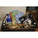 A BOX OF ODDMENTS TO INCLUDE PART CROWN DEVON TEA SET, THREE WEDGWOOD ITEMS, OLD COUNTRY ROSES,