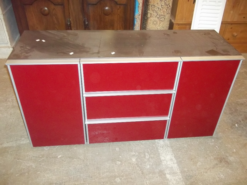 A MODERN GLASS FRONTED SIDEBOARD UNIT CHEST OF THREE DRAWERS FLANKED BY TWO CUPBOARDS