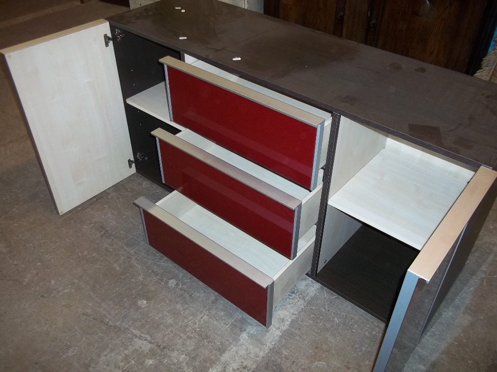 A MODERN GLASS FRONTED SIDEBOARD UNIT CHEST OF THREE DRAWERS FLANKED BY TWO CUPBOARDS - Image 2 of 2
