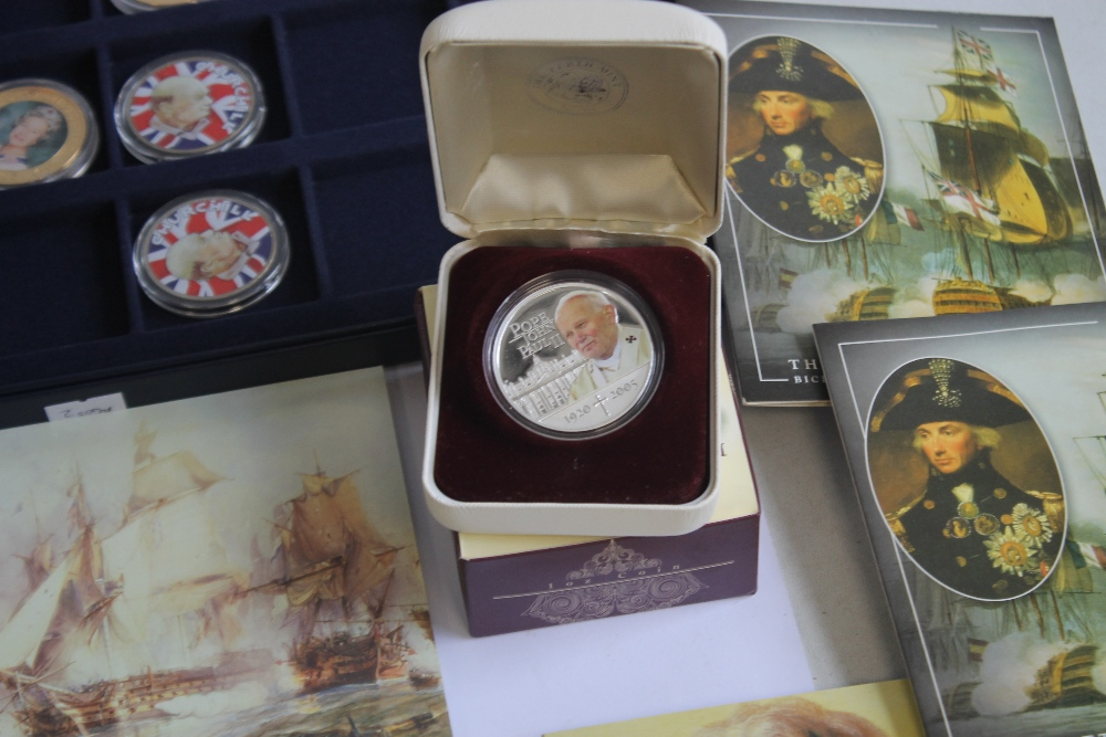 A COLLECTION OF MODERN PROOF AND COMMEMORATIVE COINS AND MEDALS, to include a 1984 proof set, a - Image 4 of 6