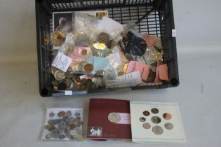 A COLLECTION OF BRITISH AND WORLD COINS, to include a 1996 uncirculated set, 2000 Queen Mother £5 in