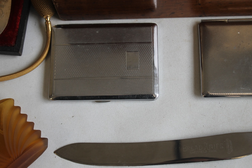 A MAHOGANY BOX OF COLLECTABLES, to include grape scissors, silver handle cake slice etc - Image 2 of 5