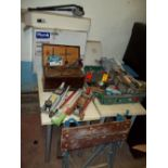 A LARGE SELECTION OF TOOLS TO INCLUDE TWO TROLLEY JACKS, A BOXED SINK AND PEDESTAL AND A NEW PIPE