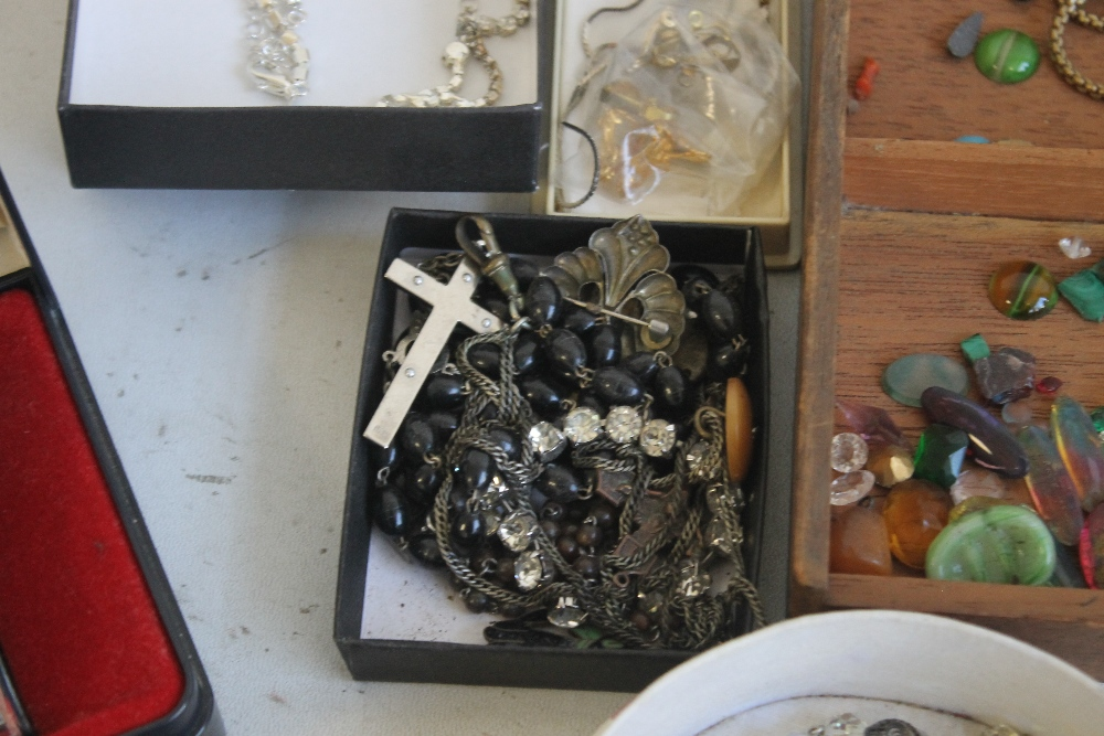 A TUB OF COSTUME JEWELLERY AND WATCHES - Image 3 of 5