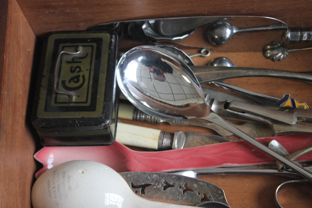 A MAHOGANY BOX OF COLLECTABLES, to include grape scissors, silver handle cake slice etc - Image 5 of 5