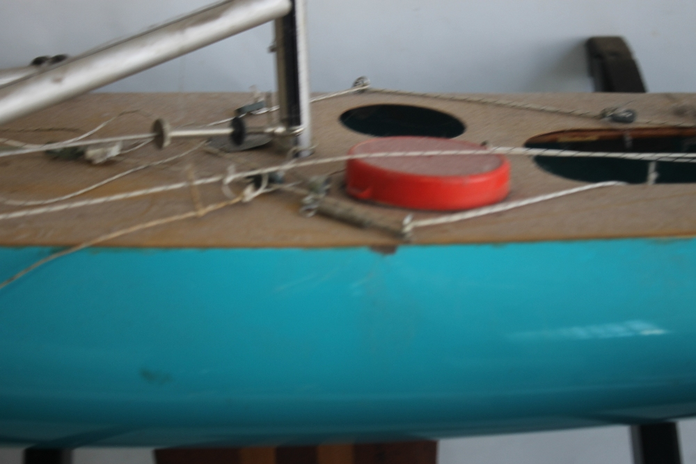 A LARGE VINTAGE FIBRE GLASS AND WOOD YACHT AND STAND, 160 cm long with sail - Image 3 of 4