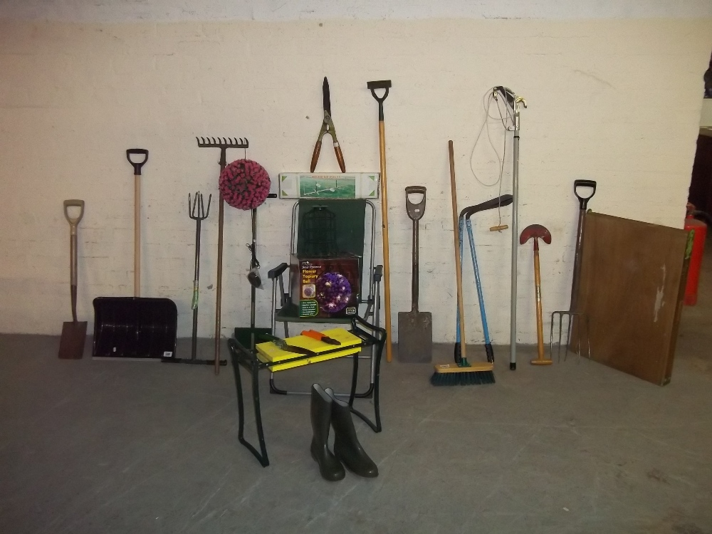 A COLLECTION OF GARDEN TOOLS
