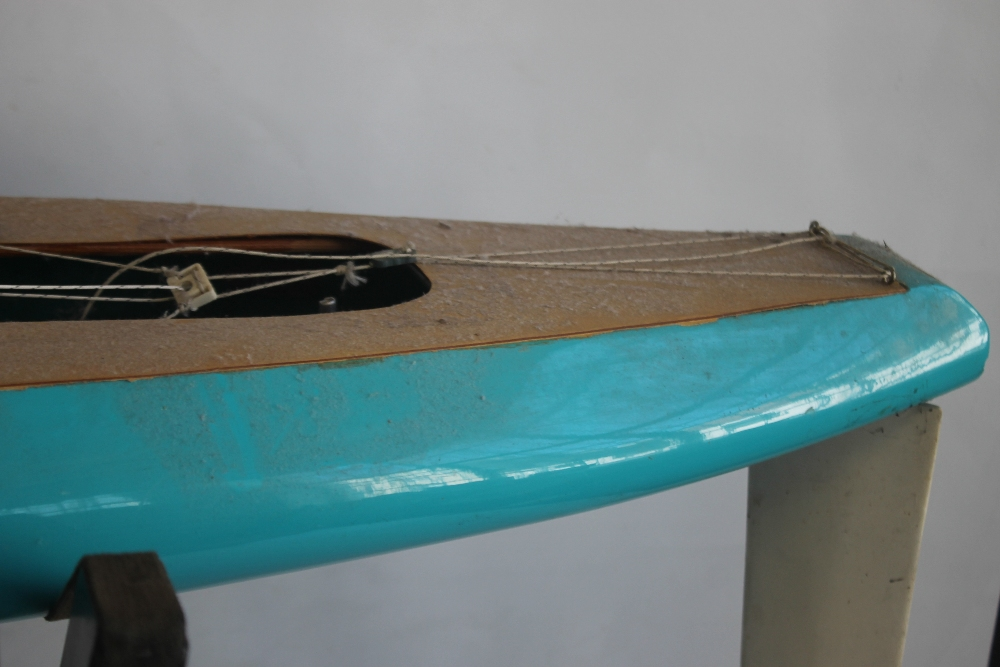 A LARGE VINTAGE FIBRE GLASS AND WOOD YACHT AND STAND, 160 cm long with sail - Image 4 of 4