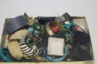 A QUANTITY OF ASSORTED COSTUME JEWELLERY INCLUDING BRACELETS