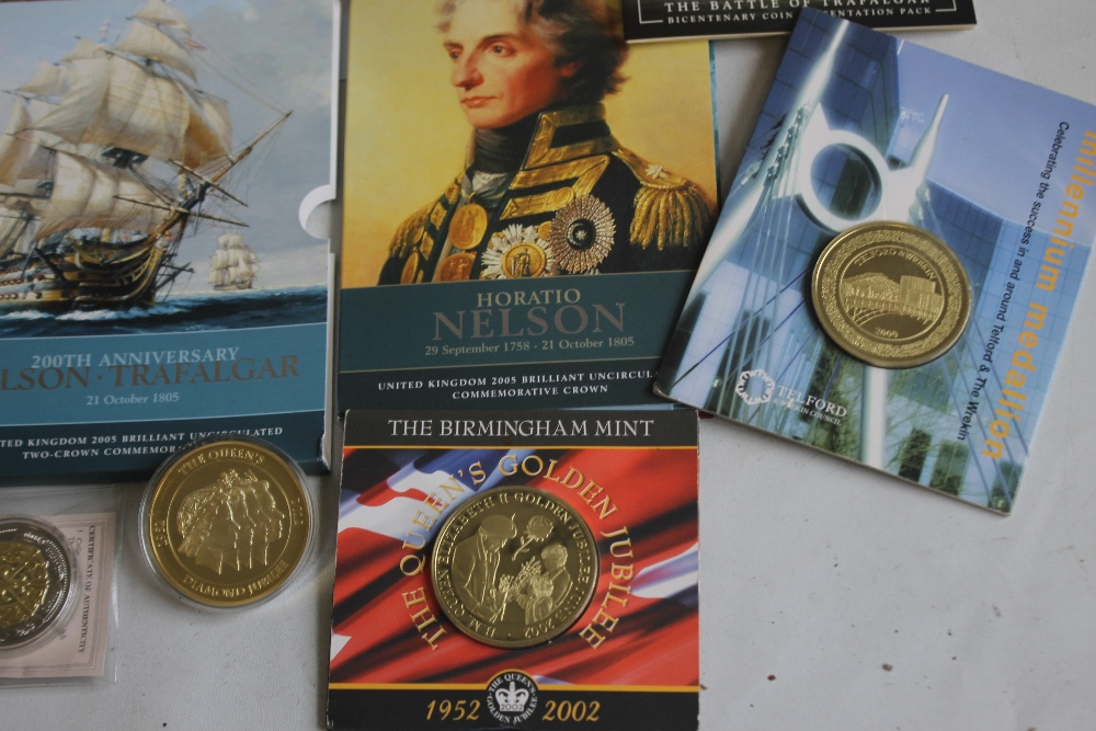 A COLLECTION OF MODERN PROOF AND COMMEMORATIVE COINS AND MEDALS, to include a 1984 proof set, a - Image 5 of 6