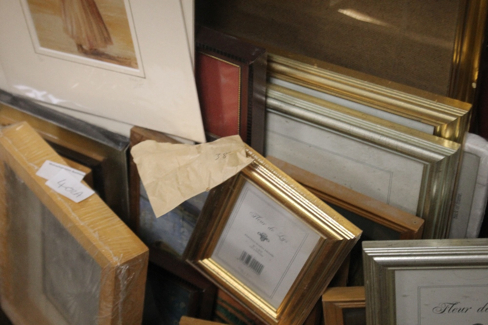 A QUANTITY OF PICTURES, PRINTS AND A GILT FRAME A/F - Image 3 of 3