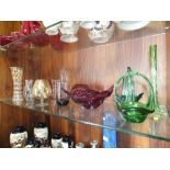 A QUANTITY OF GLASSWARE TO INCLUDE COLOURED AND STUDIO GLASS EXAMPLES