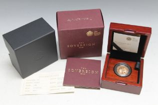A ROYAL MINT QUEEN ELIZABETH II 2017 SOVEREIGN, complete with box and papers stating a edition limit