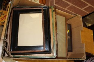 A TRAY OF ASSORTED VINTAGE PICTURE FRAMES