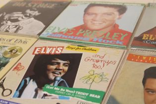 """A COLLECTION OF ELVIS PRESLEY RELATED 45 RPM 7"""" SINGLES AND EPS ETC., to include a Spanish compact"""