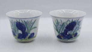 2x Sake-Schalen, florale Bemalung, gemarkt, H-5,5cm D-7cm.