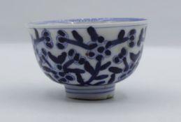 Schale auf Stand, China, Blaumalerei, Standring bestossen, H-4,5cm D-8cm.