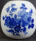 "kl. Vase ""Royal KPM"" mit Kobaltblumen, H-12 cm, D-11 cm"