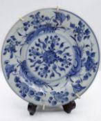 Teller, China, wohl 19. Jhd., florale Blaumalerei, feines Porzellan, D-23cm.