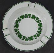Aschenbecher, Meissen, Weinlaubdekor, Dm. ca. 17 cm, H. 3,5 cm, eine Stelle am Rand verkratzt
