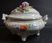 """Deckeldose """"PMP"""" mit aufgesetzten Blüten, 1x bestossen, H-12 cm, 16x11 cm, handpainted"""
