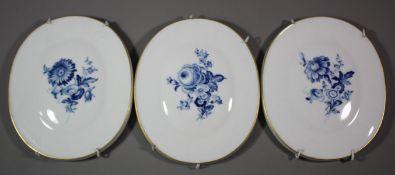 3x Wandplaketten, Meissen Schwertermarke, Aquatinta-Blumen, je 1. Wahl, 17 x 14cm.