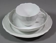 Gedeck, Meissen, Schwertermarke, Weißporzellan reliefiert, je 4 Schleifstriche, Tasse H-6,5cm.