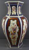 hohe Vase, Italien, mit Fantasievogel, handbemalt, ein minimaler Chip, H-42 cm