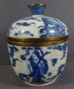 Deckeldose, China, mit figürlicher Blaumalerei, H-11 cm, D-9 cm, wohl 19.Jhd?, Messingrand,